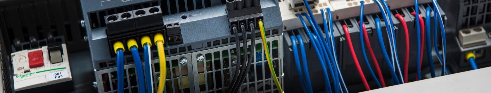 Kabelkonfektionierung im Rahmen des Schaltschrankbaus