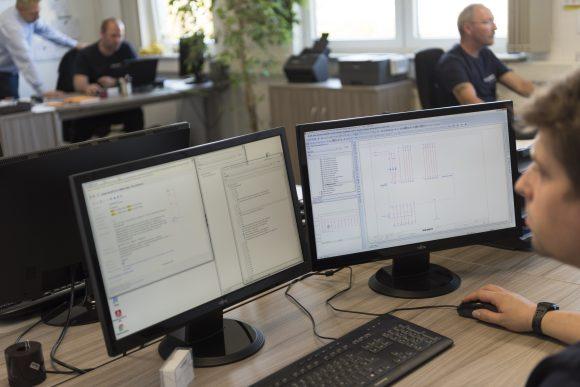 Zwei Bildschirme zur Prüfung Schaltschrankbau