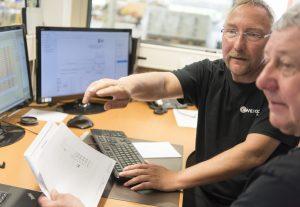 Mitarbeiter von Weigert bei der Prüfung eines Schaltschrankes