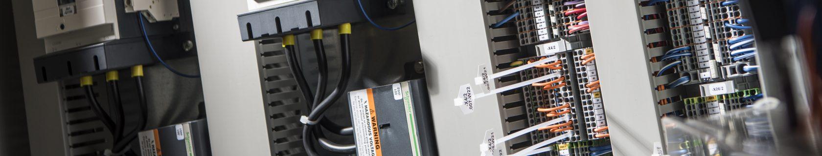 Schaltschrank verkabelt und mit Chargennummern versehen